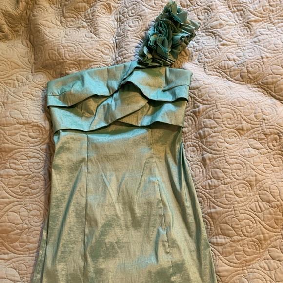 Alyn Paige Dresses & Skirts - One-shoulder formal dress